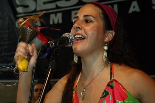 Melina cantando no SESC Campinas