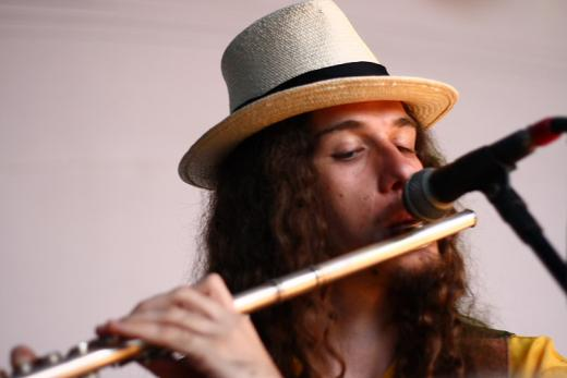 Flavinho interpreta sua flauta em Laranjal Paulista